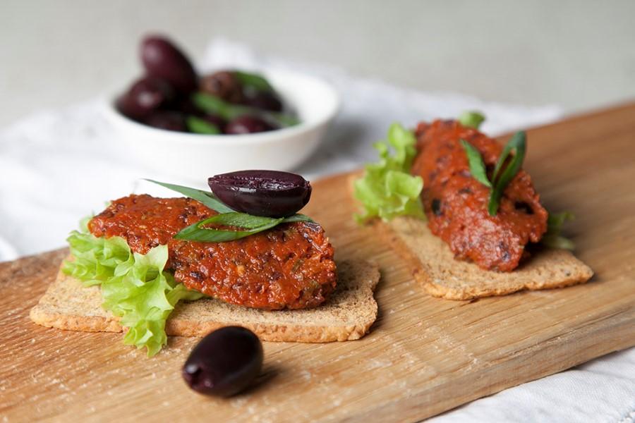 traditionele tapenade met olijven - spaanse tapas