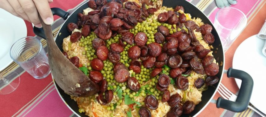 Spaanse rijstschotel met chorizo